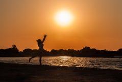 Una muchacha está sintiendo alegre y está bailando en la playa de Elafonisi en Creta de Grecia fotografía de archivo