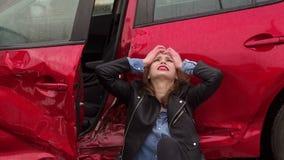 Una muchacha estaba en un accidente en el camino bajo la lluvia, la hieren y se asustan almacen de video