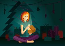 Una muchacha feliz está abriendo la caja del regalo de Navidad y se está sentando por el árbol de navidad ilustración del vector