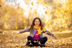 Una muchacha feliz está caminando en el bosque del otoño fotos de archivo