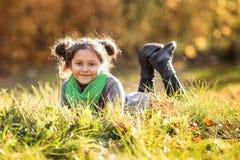 Una muchacha feliz está caminando en el bosque del otoño fotografía de archivo