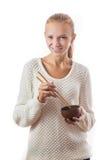 Una muchacha feliz joven con el cuenco y los palillos Foto de archivo