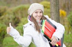 Una muchacha feliz joven que viene de escuela Fotografía de archivo