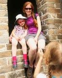 Una muchacha fotografía su hermana y madre fotografía de archivo libre de regalías