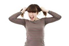 Una muchacha frustrada y enojada que tira de su pelo Fotografía de archivo