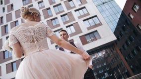 Una muchacha hermosa agita el dobladillo de su vestido blanco hermoso y cierra la cámara Un momento hermoso de la diversión almacen de video