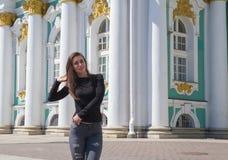 Una muchacha hermosa camina a través de la ciudad Fotos de archivo libres de regalías