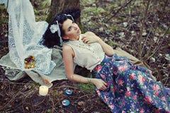 Una muchacha hermosa en el bosque quema letras Imagen de archivo