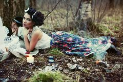 Una muchacha hermosa en el bosque quema letras Fotografía de archivo libre de regalías