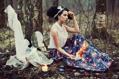 Una muchacha hermosa en el bosque quema letras Fotos de archivo libres de regalías