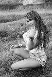 Una muchacha hermosa en la frontera de un lago Foto de archivo