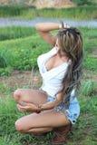 Una muchacha hermosa en la frontera de un lago Fotos de archivo