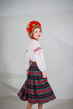 Una muchacha hermosa en traje ucraniano nacional Capturado en estudio Bordado y chaqueta Guirnalda Anillo de flores Labios rojos Imagenes de archivo