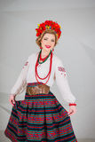 Una muchacha hermosa en traje ucraniano nacional Capturado en estudio Bordado y chaqueta Guirnalda Anillo de flores Labios rojos Fotos de archivo libres de regalías