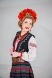 Una muchacha hermosa en traje ucraniano nacional Capturado en estudio Bordado y chaqueta Guirnalda Anillo de flores Labios rojos Foto de archivo
