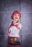 Una muchacha hermosa en traje ucraniano nacional Capturado en estudio Bordado y chaqueta Guirnalda Anillo de flores Labios rojos Foto de archivo libre de regalías