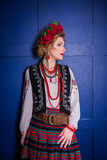 Una muchacha hermosa en traje ucraniano nacional Capturado en estudio Bordado y chaqueta Guirnalda Anillo de flores Labios rojos Fotografía de archivo libre de regalías