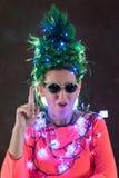 Una muchacha hermosa en un vestido rosado con el pelo verde se adornó con las guirnaldas de la Navidad Su pelo es como un árbol d Imagen de archivo
