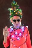 Una muchacha hermosa en un vestido rosado con el pelo verde se adornó con las guirnaldas de la Navidad Su pelo es como un árbol d Fotos de archivo
