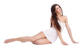 Una muchacha hermosa en una camiseta blanca. Foto de archivo libre de regalías