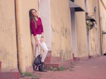 Una muchacha hermosa joven que presenta viejo retro simple de la ropa casual Fotos de archivo