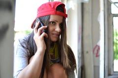 Una muchacha hermosa que habla en su célula Foto de archivo