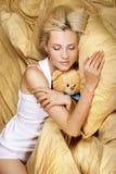 Una muchacha hermosa que se reclina sobre la cama Fotografía de archivo libre de regalías