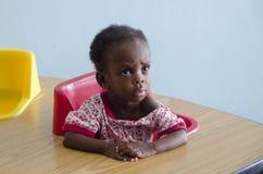 Una muchacha huérfana en la escuela de Haití imágenes de archivo libres de regalías