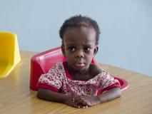 Una muchacha huérfana en la escuela de Haití fotografía de archivo