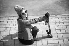 Una muchacha joven del inconformista está montando un monopatín Novias f de las muchachas Imagenes de archivo