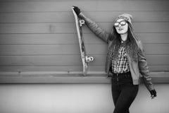 Una muchacha joven del inconformista está montando un monopatín Novias f de las muchachas Imagen de archivo libre de regalías