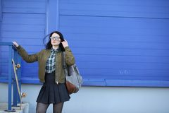 Una muchacha joven del inconformista está montando un monopatín Novias f de las muchachas Fotos de archivo libres de regalías