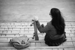 Una muchacha joven del inconformista está montando un monopatín Novias f de las muchachas Foto de archivo libre de regalías