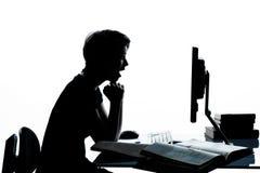 Una muchacha joven del muchacho del adolescente que estudia el ordenador Fotografía de archivo