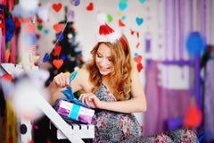 Una muchacha joven, hermosa en un casquillo del ` s del Año Nuevo, un dre futuro de la madre Fotos de archivo