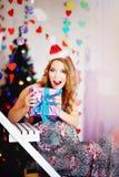Una muchacha joven, hermosa en un casquillo del ` s del Año Nuevo, un dre futuro de la madre foto de archivo