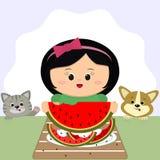 Una muchacha linda con un arco rojo se sienta en una tabla y come una sandía En una placa de la cáscara de la sandía, de un gato  ilustración del vector