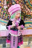 Una muchacha linda parece la tribu de la colina Imagenes de archivo