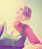 Una muchacha linda que sonríe en la cámara en un ingenio hecho día soleado brillante Fotos de archivo libres de regalías