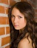 Una muchacha más joven cerca de la pared Fotografía de archivo libre de regalías