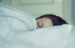 Una muchacha miente en cama puede el ` t caerse pensamiento y sueño dormidos insomnio psicología Fotografía de archivo