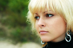 Una muchacha mira en distancia Fotografía de archivo libre de regalías