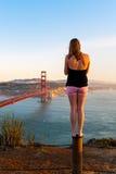 Una muchacha mira puente Golden Gate en San Francisco Imagen de archivo