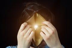Una muchacha mira a través de una cartera permeable, primer, poorness fotos de archivo libres de regalías