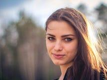 Una muchacha morena hermosa que presenta en un campo el otoño Foto del arte fotografía de archivo