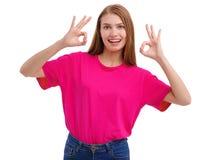 Una muchacha muestra la autorización del gesto con ambas manos Aislado en el fondo blanco Foto de archivo