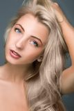 Una muchacha muy hermosa. pelo largo Imagen de archivo libre de regalías