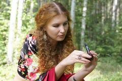 Una muchacha pelirroja hermosa en juego gitano Imágenes de archivo libres de regalías