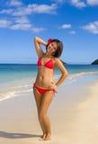 Una muchacha polinesia hermosa en bikiní Imágenes de archivo libres de regalías