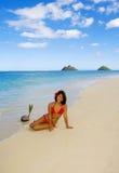 Una muchacha polinesia hermosa en bikiní fotos de archivo